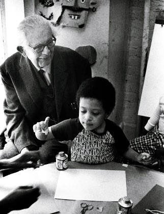 Jean Piaget aprendeu muito sobre como as crianças pensam, observando várias delas e prestando muita atenção ao que parecia ser erro no raciocínio das mesmas.
